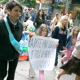 Bulgarian Moms Protest Low State Allowances