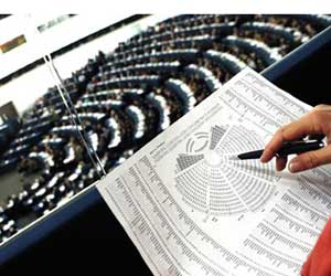 Studying the Strasbourg Seating Plan (Photo: European Parliament/Novinite)