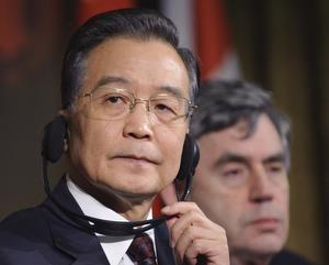 Bulgaria Shoe Thrown at China PM Wen Jiabao at Cambridge: Shoe Thrown at China PM Wen Jiabao at Cambridge