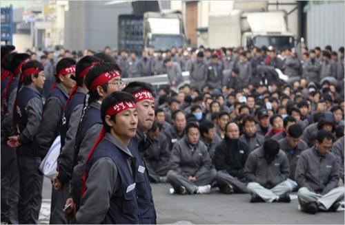South Korea Commandos Break Up Car Factory Strike: South Korea Commandos Break Up Car Factory Strike