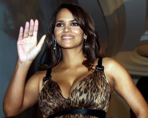 pictures of halle berry dresses. Halle Berry Is Pregnant Again