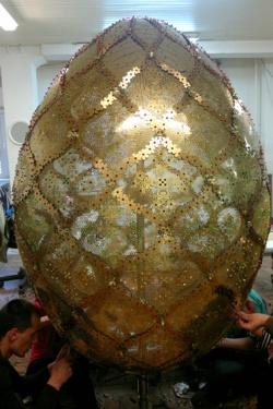 Bulgaria: Bulgarian Sculptor Creates Giant Golden Easter Egg