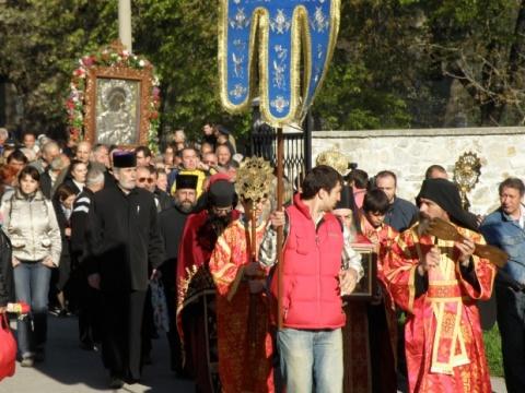 Bulgaria: Thousands of Bulgarians Flock to See Wondrous Bachkovo Icon