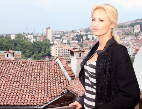 Bulgaria: Adriana Sklenarikova 'Saved' by Bulgarian Dentist