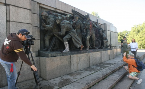 Bulgaria: 2000 Enraged on Facebook over Bulgarian 'Vandalized' Monument's Cleaning