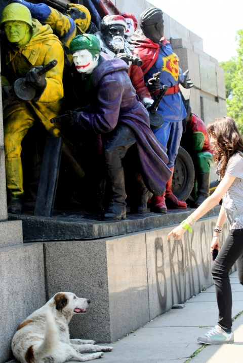 Bulgaria: Russian Embassy Enraged by Coloring of Bulgaria's Soviet Army Monument