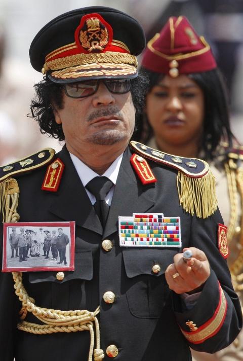Le 19 septembre , des soldats rebelles, disposant d'un armement de qualité dont le financement reste d'origine inconnue et venant du Burkina Faso voisin [41] attaquent des villes du pays pour réaliser un coup d'État alors que le président est à Rome.