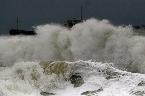 Bulgaria: 3 Bulgarian Fishermen Rescued after Night on Cliff off Burgas Coast