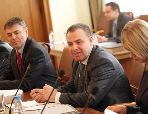 Bulgarian AgriMin Helps Car Crash Victims: Bulgarian AgriMin Helps Car Crash Victims