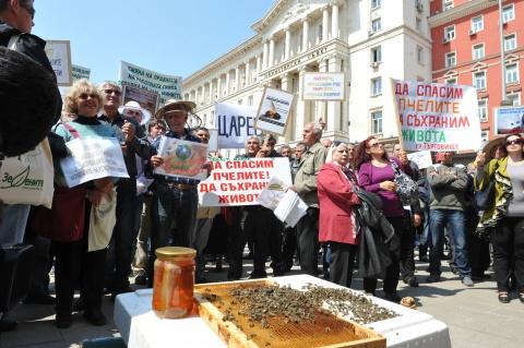 Bulgaria: Bulgaria to Back EU Moratorium on Bee-Harming Neonicotinoids