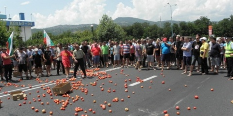 Bulgaria: Bulgarian Farmers Trash Produce, Block Road to Greece