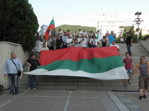 Blagoevgrad Protesters Pay Tribute to Late Sofia Policeman: Blagoevgrad Protesters Pay Tribute to Late Sofia Policeman