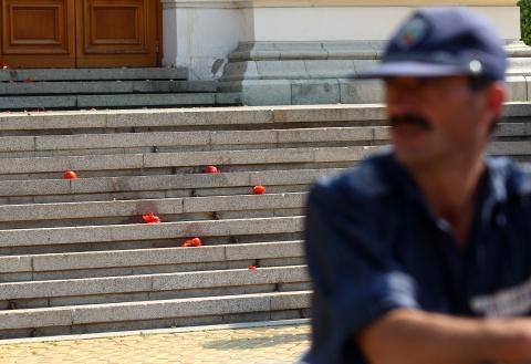 Tensions in Sofia Escalate, Protesters 'Fire' Tomatoes at MPs: Tensions in Sofia Escalate, Protesters 'Fire' Tomatoes at MPs