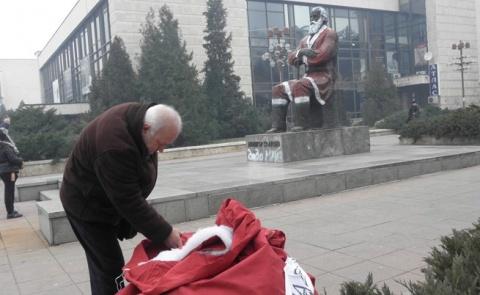 Bulgaria: 3 Detained for 'Santa' Makeover of Bulgarian Socialist Monument