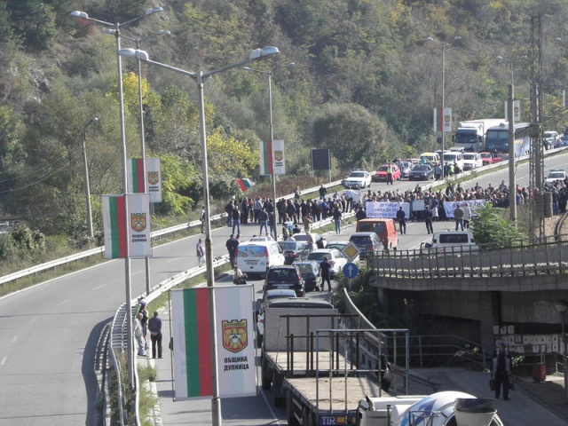 Bulgaria: Road to Macedonia, Greece Blocked by Protests over Unwanted DPS Lawmaker