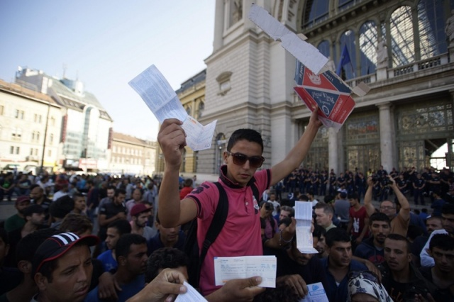 Bulgaria: Passportless Migrants Protest in Budapest at Hungary's Travel Ban