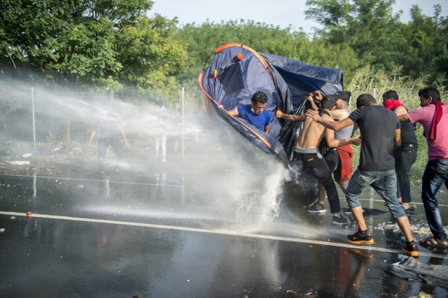 Bulgaria: Hungary Uses Tear Gas to Disperse Migrants at Border with Serbia