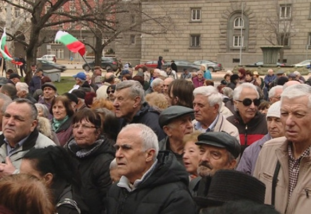 Bulgaria: Pensioners Spontaneously Started Protesting in Front of the National Assembly