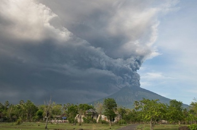 Bulgaria: Dozens of Flights to Indonesia's Bali Island have been Canceled due to the Agung Volcano
