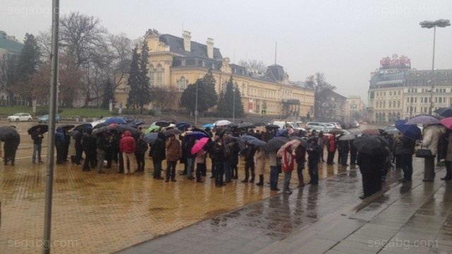 Bulgaria: Long Queues in Front of BNB for the New Euro Presidency Coin