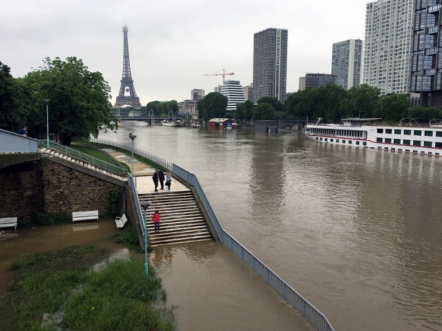 Bulgaria: Nearly 1,500 Evacuated in Paris Region as Rising Seine Poses Flood Risk