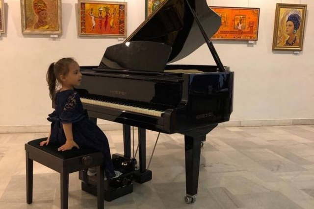 "Bulgaria: 4-year-old Girl from Burgas will Play the Piano at ""Carnegie Hall"" and ""Albert Hall"" (Video)"