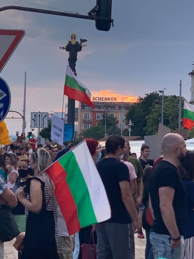 Bulgaria: Protests in Bulgaria: 15th Day - Protesters Closed Ten Junctions in Sofia, Thrown Sunflower Seeds and Candy in Front of the Council of Ministers
