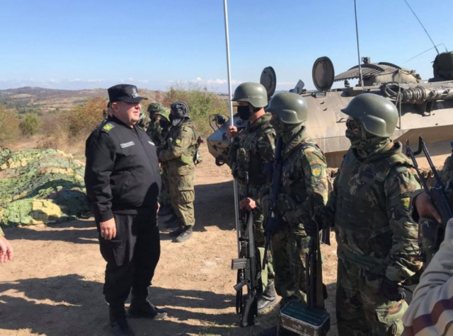 Bulgaria: Bulgarian Defence Minister Without A Mask at Military Exercises