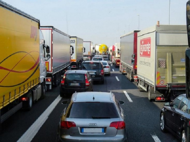 Bulgaria: Bulgaria: Danube Bridge Congested with 10-km Long Line of TIR Trucks