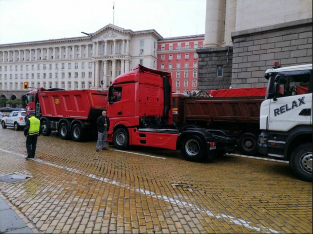 Bulgaria: Bulgaria: Road Builders Protest in Front of the Council of Ministers