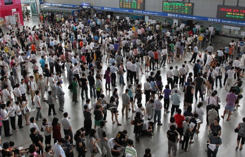 In pictures: People form long queues at the Seoul train