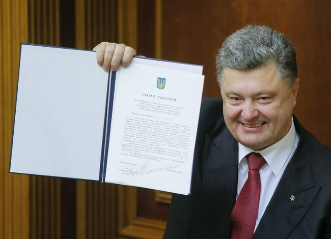 Ukrainian president Poroshenko holding a document about the ratification of the agreement with the EU